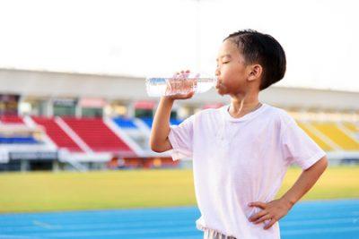 【サッカーの練習中の飲み物】スポーツドリンクと水どっちがいい?