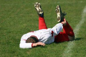 足の怪我をしたサッカー選手