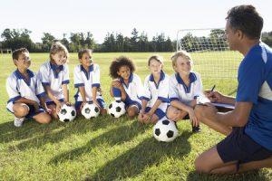 サッカーの勉強をする子供たち