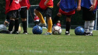 サッカーの練習をする男の子