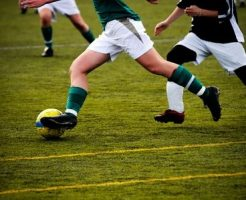 サッカーで走る子供
