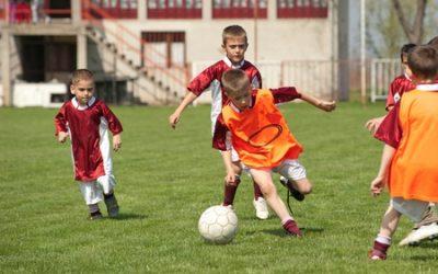 サッカーでドリブルをする子供